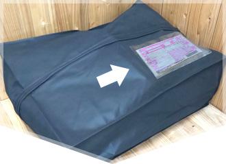 集荷バックにクリーニング依頼商品と申込用紙、着払い伝票を入れる